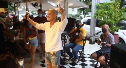 O cantor Chico de Assis se apresenta no Parnamirim 121. No Grande Recife,  é o primeiro final de semana com música ao vivo permitida desde janeiro deste ano