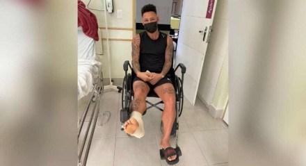 Neilton foi submetido a uma artroscopia no tornozelo.