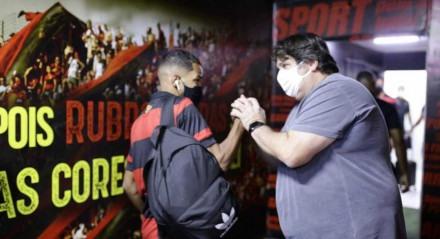 Vice-presidente de futebol, Nelo Campos cumprimentou todos os jogadores na entrada do vestiário