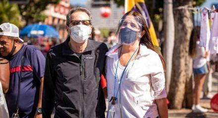 Tony Bellotto e Malu Mader no ato #24J, em protesto a Bolsonaro