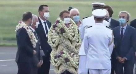 Emmanuel Macron é recebido com coroa de flores na Polinésia Francesa.
