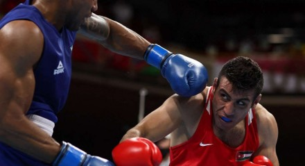 O adversário do brasileiro Abner Teixeira (de azul) na luta pela vaga na final olímpica, terça-feira, será o cubano Julio La Cruz, que eliminou o espanhol Enmanuel Reyes.