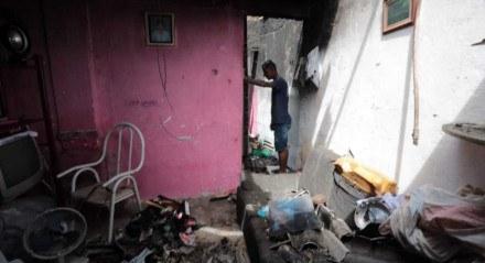 Apenas um dos quartos da casa, localizada em Afogados, Zona Oeste do Recife, foi atingido