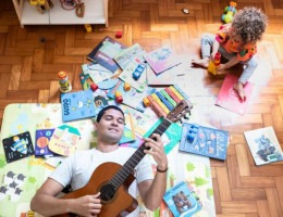 O cantor, compositor e escritor infantil Marcelo Correia uniu canetas e inspirações com o naturólogo Tiago Koch para criar