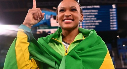 Rebeca Andrade celebra a medalha de ouro no salto da ginástica artística nos Jogos Olímpicos de Tóquio