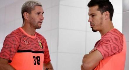 Hernanes ao lado de Thiago Neves no CT do Leão