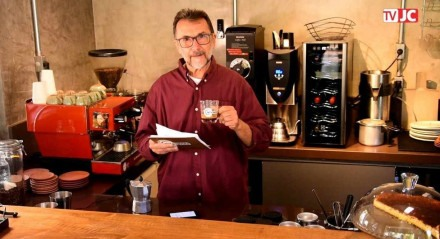 O jornalista Romoaldo de Souza, colunista do JC, ensina como preparar o café em uma cafeteira moka