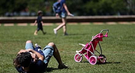 Dia dos pais, criança brincando com o pai no parque