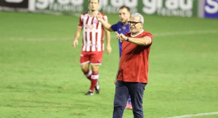 Hélio dos Anjos, Técnico do Náutico. . Lances do jogo de futebol Náutico X Cruzeiro, válido pelo Brasileirão da Série B, no Estádio dos Aflitos.