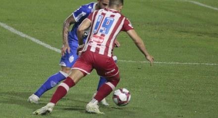 Lance durante partida entre CSA e Náutico, válido pelo Campeonato Brasileiro Série B, realizado na cidade de Maceió, AL, nesta terça feira, 24.