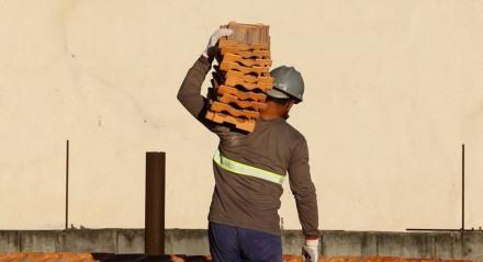 Rio de Janeiro - Trabalhadores da construção civil, operários reformam telhado de imóvel em obras no Centro do Rio. (Fernando Frazão/Agência Brasil)