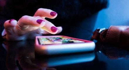 Brasileiros passam ainda mais tempo no celular
