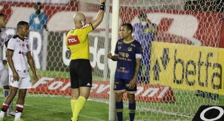 Lances do jogo de futebol Náutico X Vitória da Bahia, válido pelo Brasileirão da Série B, no Estádio dos Aflitos.