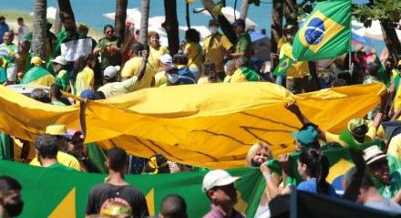 Ato a favor de Bolsonaro na Avenida Boa Viagem.