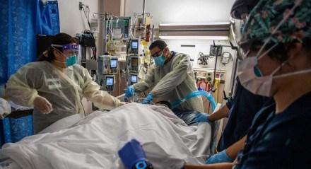 Profissionais de saúde atendem um paciente com Covid-19 enquanto se preparam para virar o paciente não vacinado de 45 anos de barriga para cima na Unidade de Terapia Intensiva Cardiovascular no Providence Cedars-Sinai Tarzana Medical Center em Tarzana, Califórnia, em 2 de setembro, 2021. De acordo com o Dr. Yadegar no hospital, o número de pacientes cobiçosos é significativamente menor do que no inverno, mas do ponto de vista psicológico é muito mais difícil porque a maioria dos pacientes na UTI com respiradores não são vacinados, são mais jovens e mais saudáveis 30 e 40 anos sem comorbidades. Os pacientes vacinados no hospital são geralmente mais velhos, mas os efeitos do Covid-19 são muito mais brandos em comparação com os pacientes não vacinados que apresentam sintomas mais graves.
