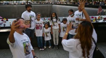 Familiares de vítimas do World Trade Center posam no Memorial