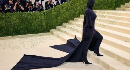 Kim Kardashian foi toda de preto