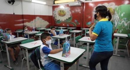 Volta às aulas na Escola Municipal Professor Norma Coelho, no bairro de Peixinhos, em Olinda.