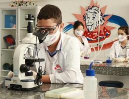Estudantes do Colégio GGE desenvolvem atividades práticas em laboratórios para aperfeiçoar aprendizagem