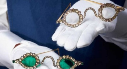 Óculos feitos com pedras preciosas prometem ''afastar o mal''.
