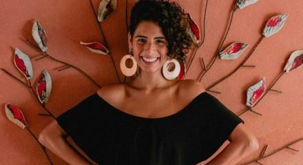 A cantora Mayra Clara realiza o projeto