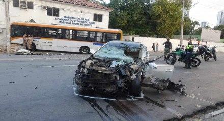 Acidente entre ônibus e carro na Avenida Cruz Cabugá, área central do Recife