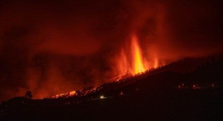 O complexo vulcânico de Cumbre Vieja, que fica ilha de La Palma, nas Ilhas Canárias (Espanha), entrou em erupção neste domingo (19)