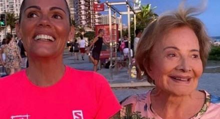 Mocita Fagundes com Glória Menezes em foto tirada no calçadão do Rio de Janeiro, antes da pandemia