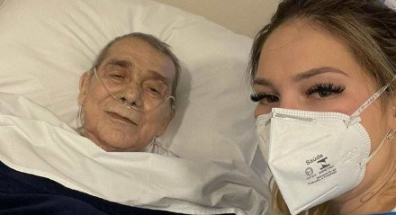 Virginia Fonseca com o pai, Mario Serrão, quando ele foi internado em julho