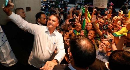 Bolsonaro aglomera entre apoiadores bolsonaristas, em Nova York