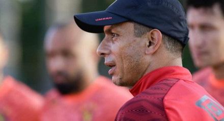 O técnico Gustavo Florentín ainda não venceu sob o comando do Leão