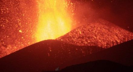 O vulcão Cumbre Vieja em El Paso expele lava vista de Los Llanos de Aridane nas ilhas Canárias de La Palma em 23 de setembro de 2021. O vulcão Cumbre Vieja entrou em erupção em 19 de setembro no sul de La Palma, uma das sete ilhas que até o arquipélago das Ilhas Canárias ao largo da costa de Marrocos.