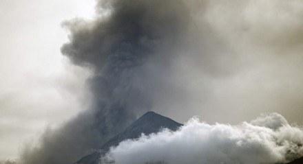 O vulcão Fuego expele cinzas, visto da cidade de Alotenango no departamento de Sacatepequez, 65 km a sudeste da Cidade da Guatemala