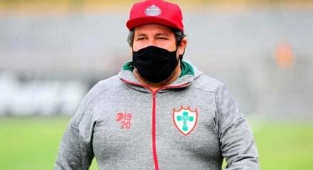 Técnico da Portuguesa sofreu graves ameaças e pediu demissão do clube após ser considerado o melhor treinador do time no século.