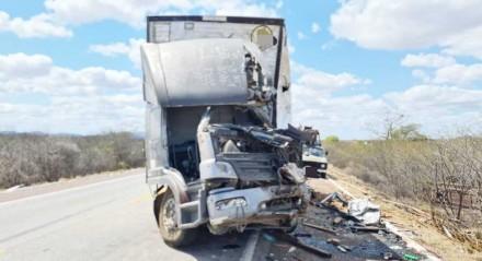 Colisão frontal entre dois caminhões na BR-116, em Salgueiro, no Sertão de Pernambuco