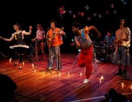 O show passeia por 12 ritmos diferentes: dos regionais, como o frevo, a ciranda e o maracatu, até os de influência europeia, africana e indígena