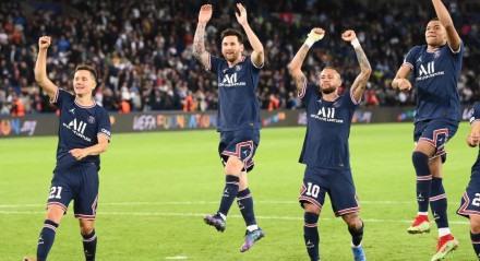 Mbappé, Neymar e Messi comemorando vitória do PSG sobre o City