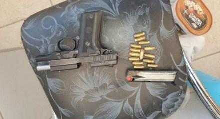 A arma usada no crime era da vítima e foi usado pelo filho para mata-lá