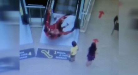 O bombeiro salvou a criança na escada rolante em João Pessoa