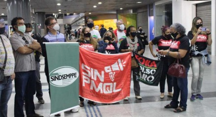 Sindicalistas foram protestar contra parlamentares no Aeroporto dos Guararapes