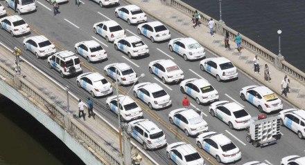 Foto: Diego Nigro/JC Imagem data:13-07-2016 Assunto: CIDADES - Protesto dos taxisita pelo centro do Recife. Taxistas saem pelas ruas da cidade em protesto por maiores benefícios e a exoneração dos UBERs. palavra chave: protesto - taxi - taxistas - carros - trânsito - ponte ##