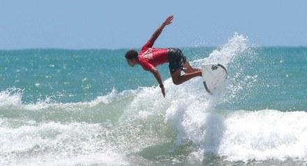 O primeiro dia, 08/10, do Circuito Metropolitano de Surf foi destinado as categorias Profissional e Local que disputaram os pontos necessários para chegarem as semi-final onda após onda em um mar pequeno e ensolarado na praia de Itapuama no Cabo de Santo Agostinho,Pernambuco.
