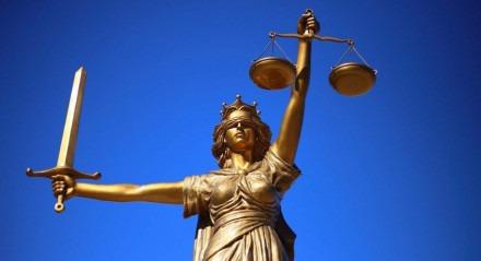 Pessoas que não têm condições de pagar bons advogados enfrentam problemas na Justiça