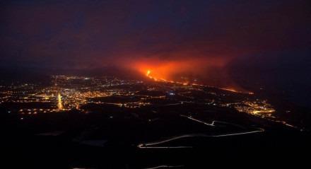 Vulcão Cumbre Vieja, nas Ilhas Canárias, entrou em erupção há três semanas