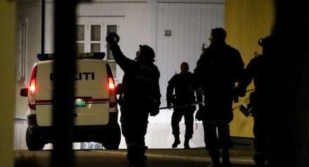Policiais isolam o local onde estão investigando em Kongsberg, Noruega, depois que um homem armado com arco matou várias pessoas antes de ser preso pela polícia