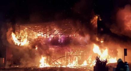 Bombeiros lutam contra um incêndio noturno que destruiu um prédio na cidade de Kaohsiung, no sul de Taiwan