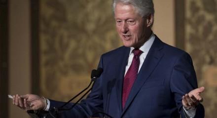 Conforme os médicos que estão tratando o ex-presidente Bill Clinton, ele foi internado em uma Unidade de Terapia Intensiva (UTI) para ter privacidade
