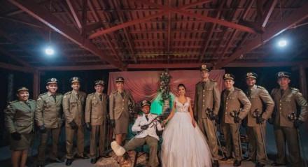 O casamento foi realizado mesmo com o noivo em uma cadeira de rodas
