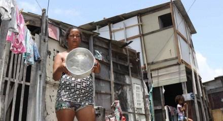 Vera Lúcia Ferreira da Silva, 42, moradora da Comunidade Roque Santeiro, nos Coelhos, Centro do Recife. As ruas d Recife e comunidades de seu entorno estão tomadas pela fome, miséria e pobreza com o aumento da crise econômica e social, no Brasil.