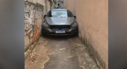 O carro ficou preso em uma viela em Goiânia